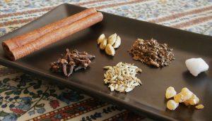 Ingredienti sfusi: (da sx senso orario) Cassia, Cardamomo, Patchouli, Canfora, Chiodi di Garofano, Finocchio, Olibano.